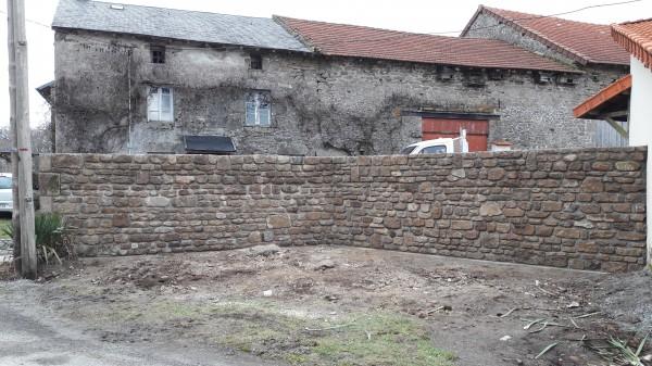 construction d'un mur en pierre